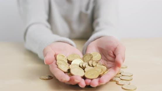Thumbnail for Frau hält viele Münzen