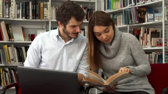 Cover Image for Students Compare Information in the Book and on the Laptop at the Library
