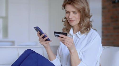 Kaukasische Frauen zahlen für Einkäufe online