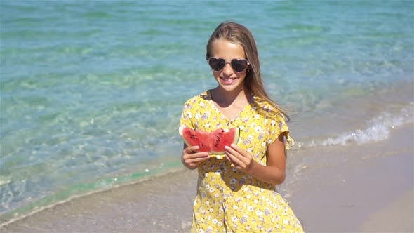 Thumbnail for Glückliches Kind auf dem Meer mit Wassermelone