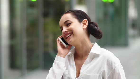Thumbnail for Nahaufnahme Mädchen sprechendes Telefon im Freien. Frau im Gespräch auf Handy außerhalb