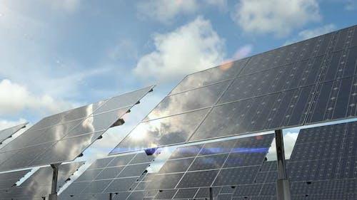 Sonnenkollektoren, die auf dem Solarpark installiert sind und alternativen Ökostrom erzeugen