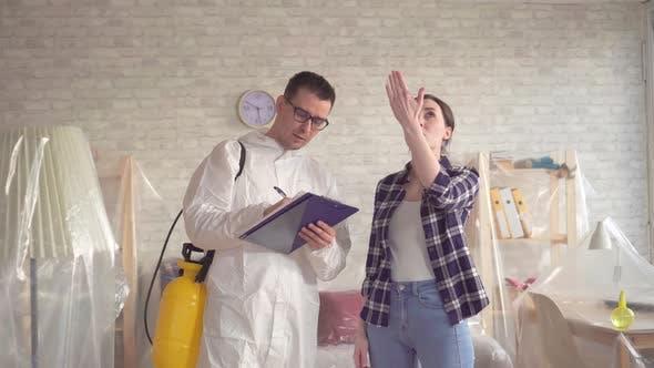 Hausfrau zeigt dem Kammerjäger den Arbeitsaufwand in