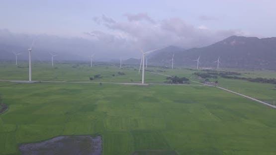 Windturbine oder Windmühle in einem Greenfield - Energieerzeugung mit sauberer und erneuerbarer Energie