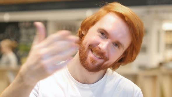 Thumbnail for Portrait de rousse barbe homme invitant les clients dans le café