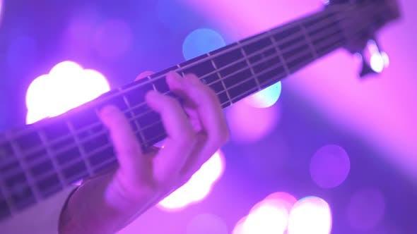 Gitarrist spielt E-Gitarre bei Konzert