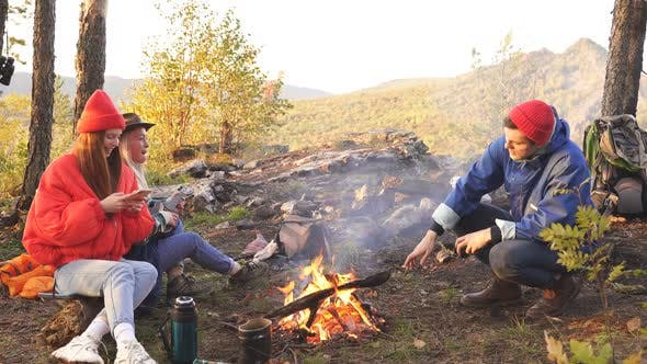 Schöne Jugend richtet einen Campingplatz ein