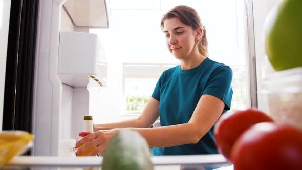 Thumbnail for Frau Nehmen Saft aus Kühlschrank zu Hause Küche