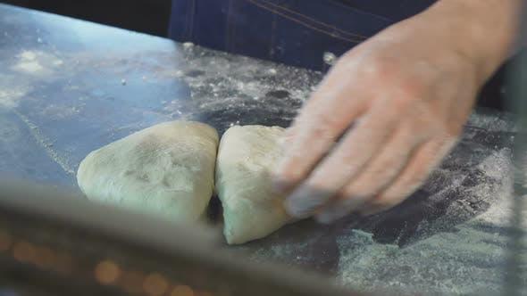 Thumbnail for Professionelle Bäcker Schneiden Teig in der Küche