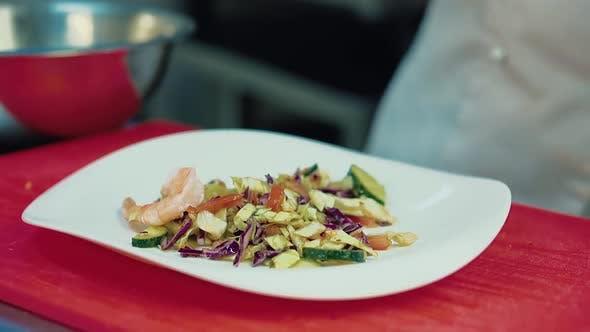 Thumbnail for Koch schmückt den Salat mit Garnelen