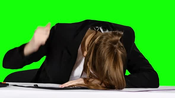 Cover Image for Young Businesswoman in a State of Stress, Pounding His Fist on the Table. Green Screen