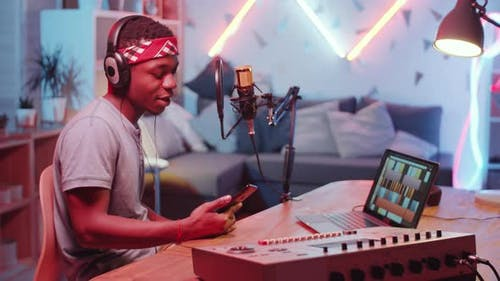 Afroamerikanischer Rapper Aufnahme von Musik im Home Studio