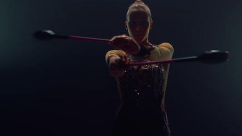 Femme athlétique utilisant un appareil de gymnastique à l'intérieur