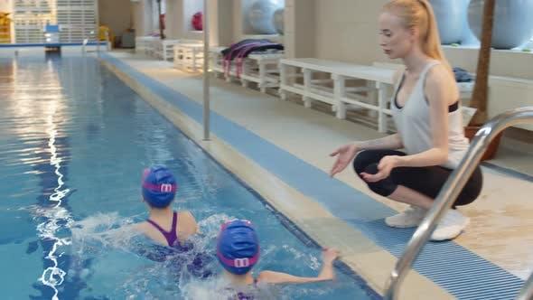 Thumbnail for Zwei junge Schwimmer mit Trainer im Schwimmzentrum
