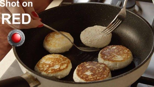 Thumbnail for Kochen Hüttenkäse Pfannkuchen Oder Russisch Sirniki Auf der Bratpfanne Zu Hause