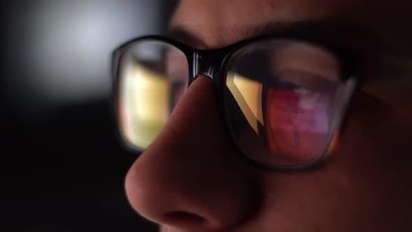 Thumbnail for Mann mit Brille arbeiten bei Nacht 7