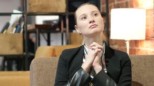 Business Woman betet für Vergebung