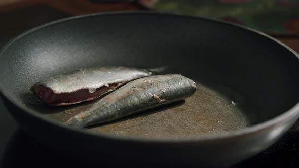 Five mackerels in a pan