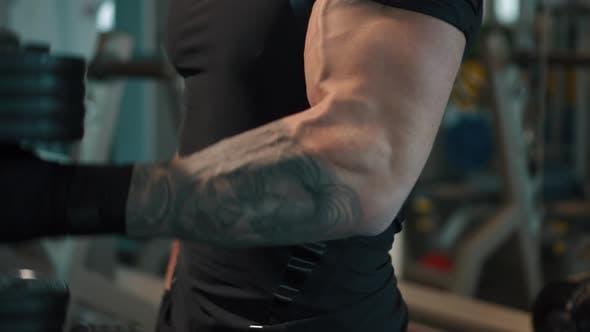 Starke athletische Männer, die Muskeln aufpumpen, Workout-Bodybuilding-Konzept