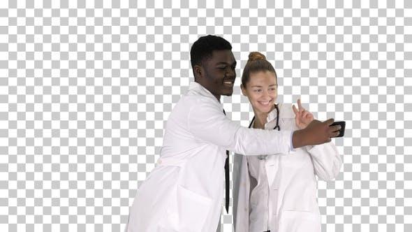 Thumbnail for Zwei Ärzte machen Selfie mit einem Smartphone und lächelnd