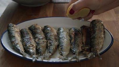 Fried sardines with lemon juice