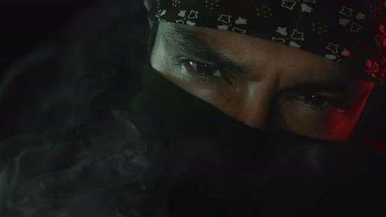 Mann starrt hinter einer Maske