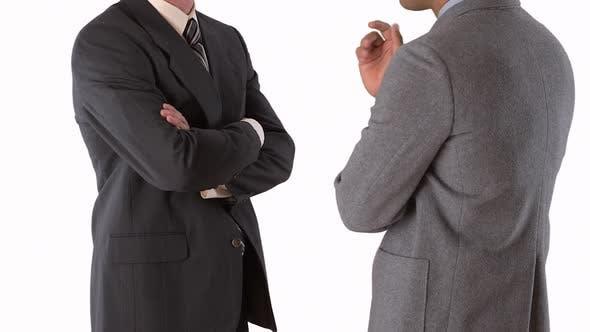 Thumbnail for mittleren Schuss von zwei Geschäftsleuten stehen und reden