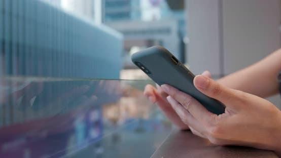 Thumbnail for Berührung auf Handy im Einkaufszentrum