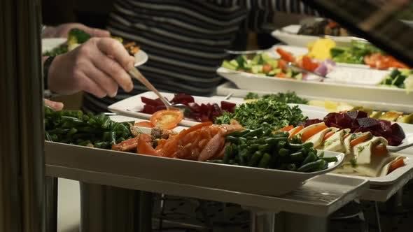 Thumbnail for Buffettisch im Restaurant. Warmes und frisches Essen in einem Mall Food Court. Selbstbedienungsmahlzeiten. Schliff