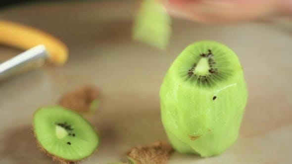Peeling and slicing organi kiwi.