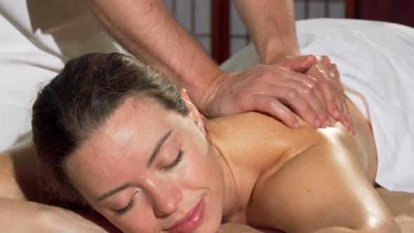 Thumbnail for Wunderschöne Frau genießen Rückenmassage im Spa Lächeln auf die Kamera