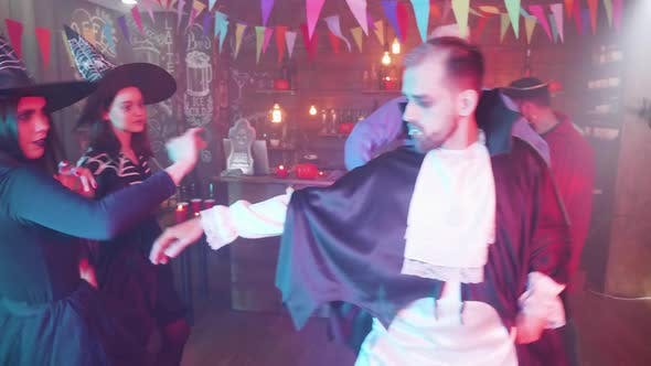 Freunde getarnt als Vampire, Hexen, verrückter Doktor und Piraten tanzen auf einer Halloween-Party