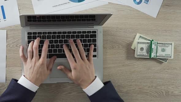 Thumbnail for Mann Tippen auf Laptop, Dollar-Scheine in Riemen erscheinen, Ergebnis, Zeitraffer