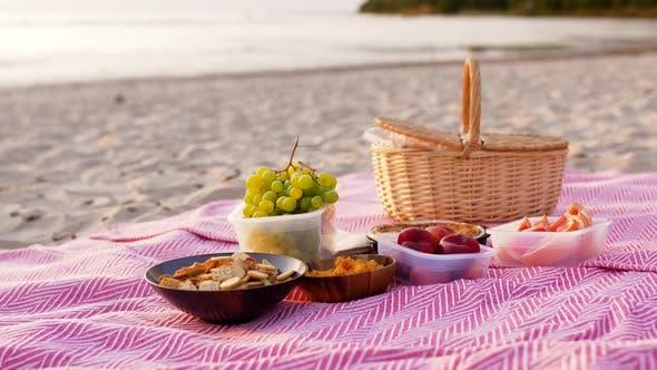Thumbnail for Essen und Picknick Korb auf Decke am Strand