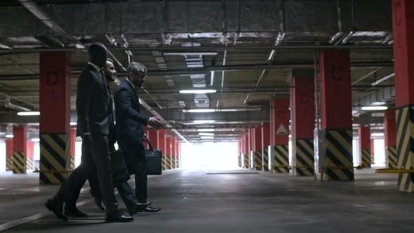 Geschäftsleute in Anzügen Walking in unterirdischen Garage