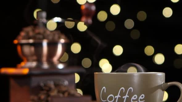 Tasse heißen Kaffee mit einer Rauch- und Kaffeemühle