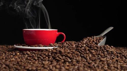 Kaffeetasse mit Kaffeebohnen und Rauch