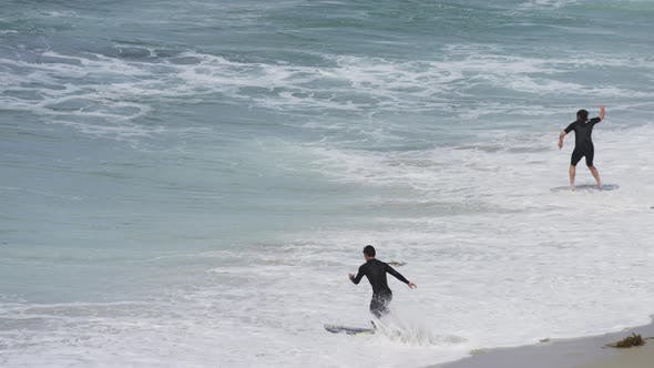 Thumbnail for Surfen auf schaumigen Wellen