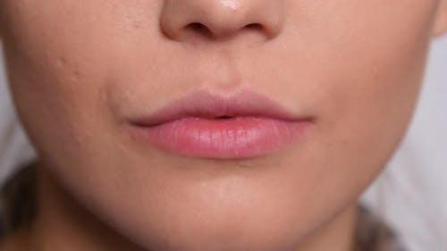 Extreme Nahaufnahme des Mundes der jungen Frau