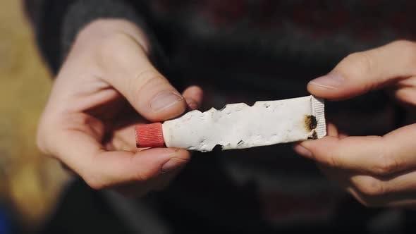 La destruction de l'océan et de l'environnement démontrée par le plastique mangé par les poissons montrant le changement climatique et le climat