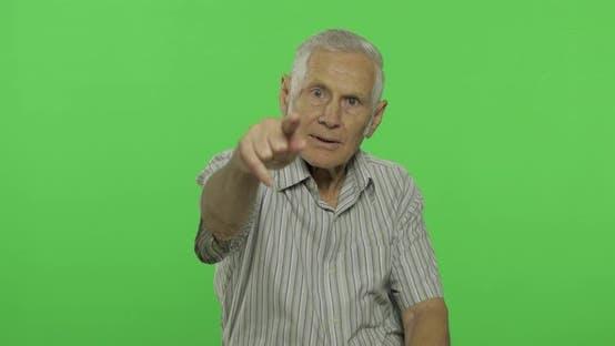 Thumbnail for Senior Man zeigt an der Kamera. Schöner alter Mann auf Chroma Schlüsselhintergrund