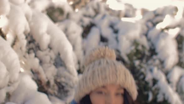 Счастливый зима девушка играть с снег в парк на открытом воздухе