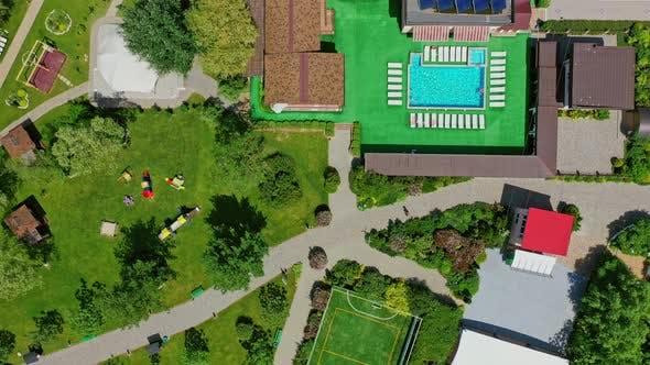 Grüne Parks und Spielplätze im Erholungsgebiet
