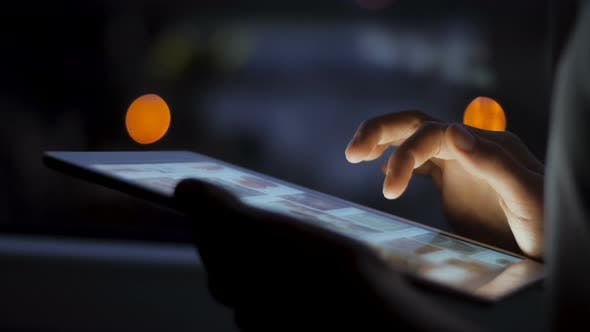 Thumbnail for Surfen Online mit Tablet Gerät bei Nacht