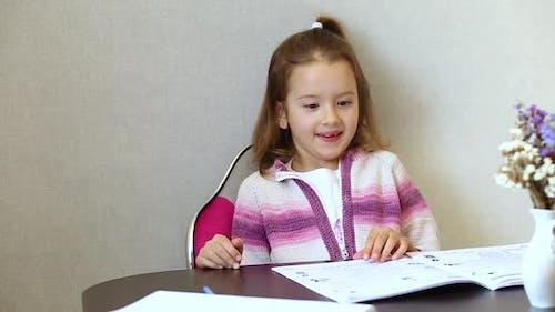 Schulmädchen lernt Hausaufgaben zu Hause, soziale Distanz