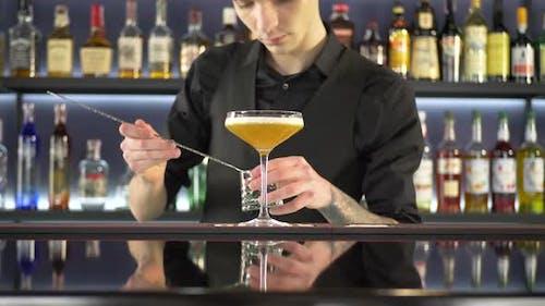 Barman, der alkoholische Getränke macht