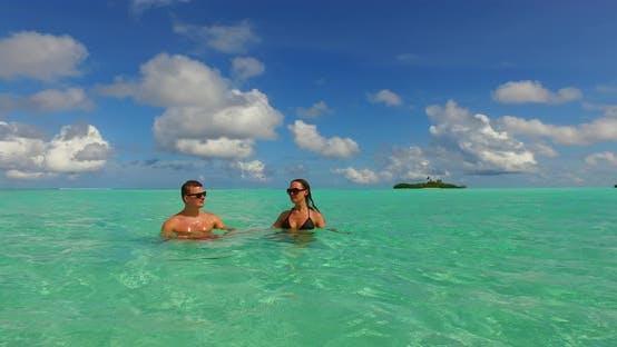 Thumbnail for Fun Dame und Mann verheiratet im Urlaub verbringen Qualität Zeit am Strand auf dem Paradies weißen Sand Hintergrund