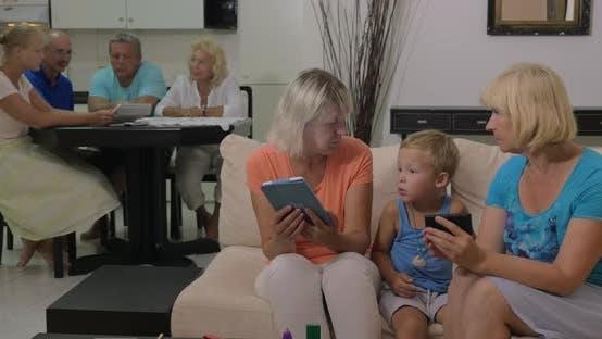 Thumbnail for Kind und Großmütter mit Elektronik