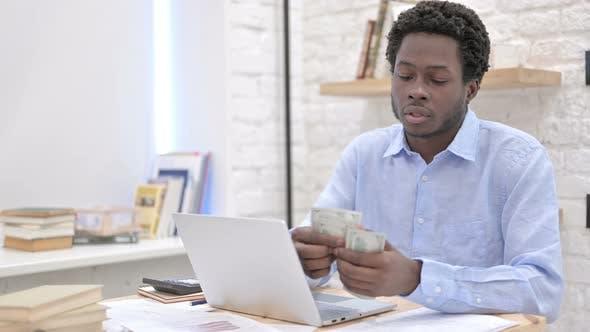 Thumbnail for Arbeits afrikanische Kerl Zählen das Geld