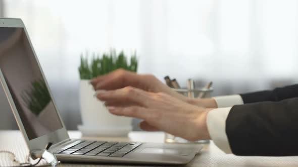 Thumbnail for Geschäftsfrau Öffnen Laptop Computer und Beantwortung von E-Mail, Büroarbeit